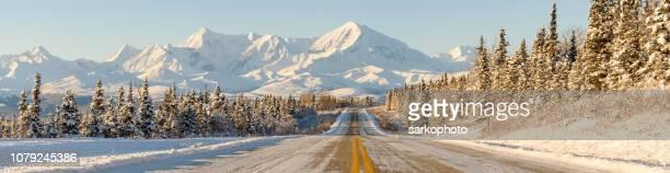 panorama de las montañas de carretera de invierno alaska - paisajes de alaska fotografías e imágenes de stock