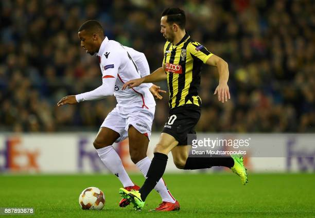 Alassane Plea of Nice holds off pressure from Thomas Bruns of Vitesse during the UEFA Europa League group K match between Vitesse and OGC Nice on...