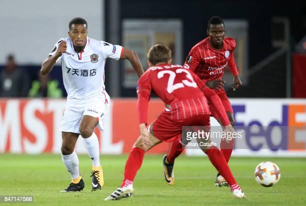 Alassane Plea of OGC Nice Idrissa Doumbia of Waregem during the UEFA Europa League match between SV Zulte Waregem and OGC Nice at Regenboogstadion on...