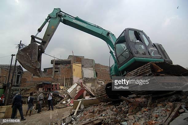 Alat berat mulai melakukan pembongkaran 97 bidang diantaranya rumah dan sekolah di Bukit Duri, Jakarta, Pada Januari 2015. Pengusuran tersebut...