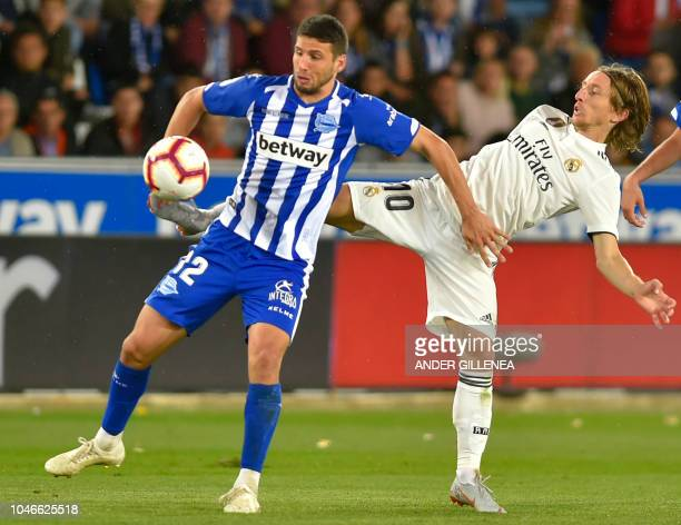 Alaves' Argentinian forward Calleri vies with Real Madrid's Croatian midfielder Luka Modric during the Spanish league football match between...