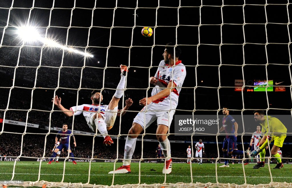 TOPSHOT - Alaves' Spanish defender Ruben Duarte (L) performs a scissors-kick during the Spanish league football match between FC Barcelona and Deportivo Alaves at the Camp Nou stadium in Barcelona on January 28, 2018. / AFP PHOTO / Josep LAGO