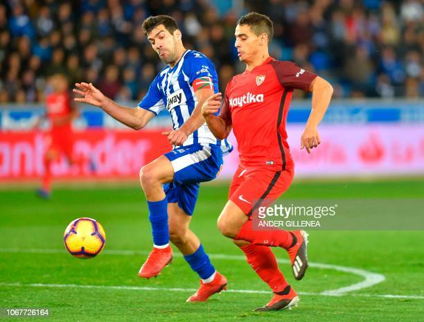 Alaves' Spanish midfielder Pina vies with Sevilla's French forward Ben Yedder during the Spanish league football match Deportivo Alaves against...