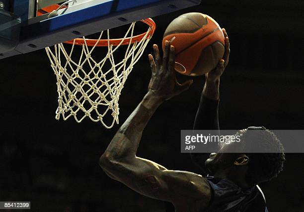 Alba Berlin's US Ansu Seasy dunks against Real Madrid during their Euroleague basketball match on March 12 2009 at the Palacio de Vistalegre Arena in...