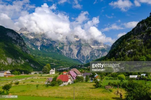 albania, shkoder county, albanian alps, theth national park, theth, radohima massif - albanië stockfoto's en -beelden