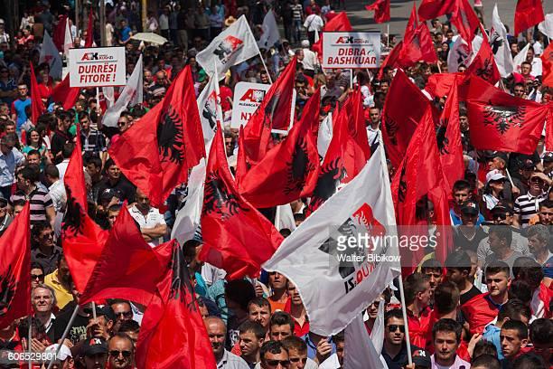 albania, tirana, exterior - bandiera albanese foto e immagini stock