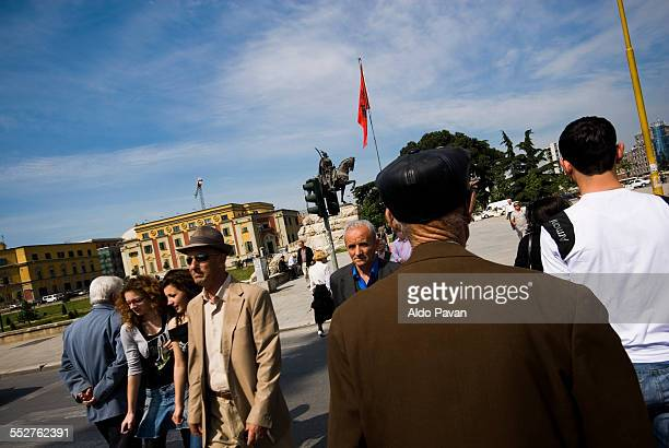 albania, tirane, scanderbeg square - bandiera albanese foto e immagini stock