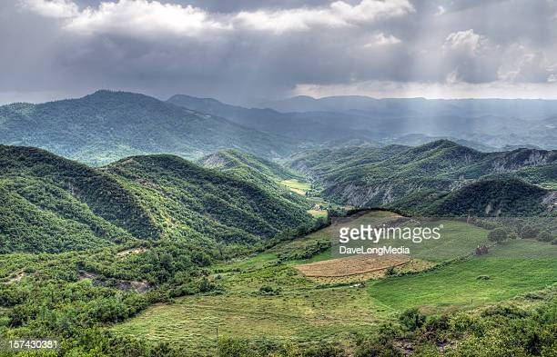 albanian mountain scenic - albanië stockfoto's en -beelden