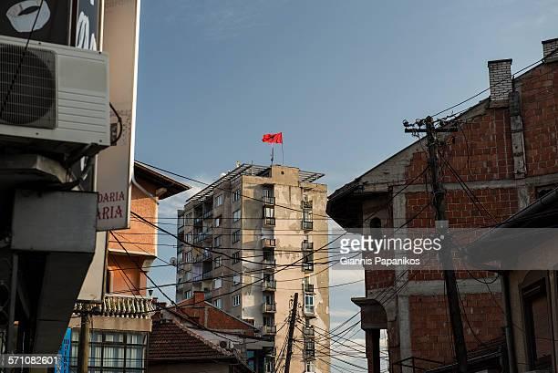 albanian sector of mitrovica - bandiera albanese foto e immagini stock