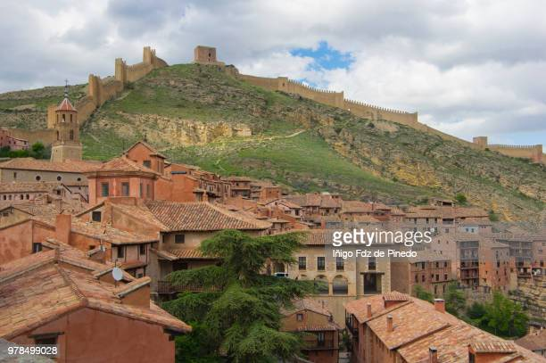 albarracín and the northern walls  - teruel province - aragon - spain. - aragon fotografías e imágenes de stock