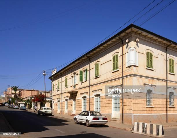 albergo italia (1899) en nakfa avenue, asmara, eritrea - italia stockfoto's en -beelden