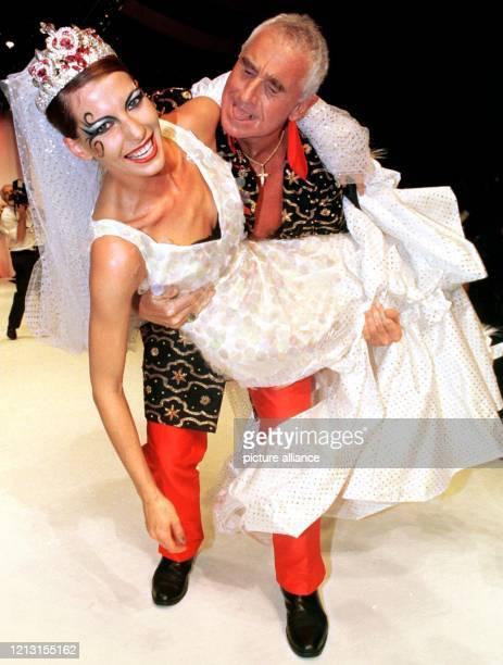 Albernd trägt Prinz Frederic von Anhalt am 31.7.1999 in Düsseldorf die Schauspielerin Giulia Siegel in einem Brautkleid über den Laufsteg. Für den...