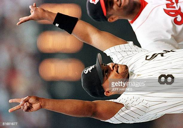 Albert Belle of the Chicago White Sox gives the peace sign to the Cleveland fans 08 July during the lineup announcement in front of his former home...