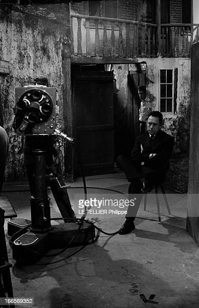 Albert Camus Paris 25 Juin 1956 Lors d'une émission l'écrivain Albert CAMUS assis sur un siège bras croisés l'air sombre en attitude devant une...