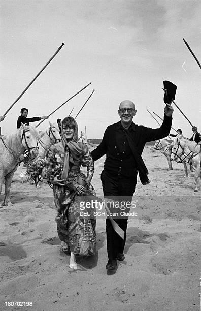 Albert Debarge Marries Josianne Rousset In Sainttropez SaintTropez 14 Avril 1969 Lors de leur mariage Albert DEBARGE vêtu de noir et saluant avec sa...