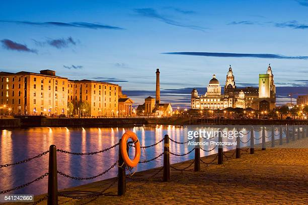 albert dock and liverpool skyline - liverpool england - fotografias e filmes do acervo