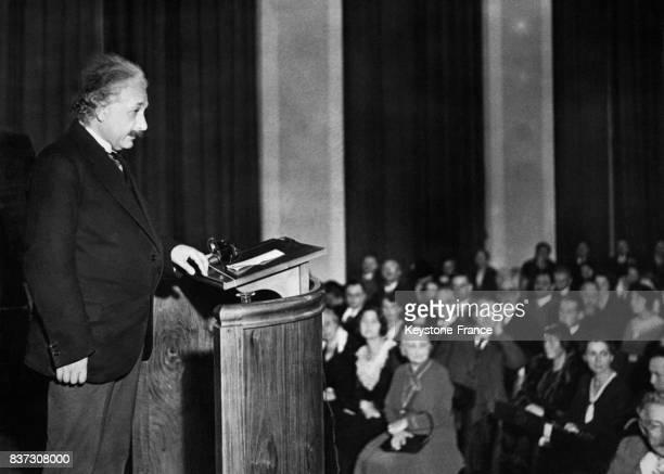 Albert Einstein donne une conférence devant un auditoire le 30 septembre 1931 à Berlin Allemagne