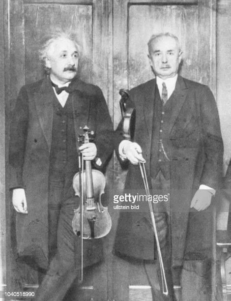 Albert Einstein und Professor Lewandowski spielen ein Violoinkonzert auf einer Berliner Wohltätigkeitsveranstaltung Aus Hamburger Anzeiger vom 821930