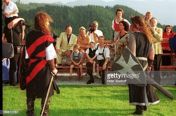 Albert Fortell Sohn Nikolaus Fortell Ehefrau Barbara Wussow Alfred Stift 2 Ritter in Rüstung mit Schwertern PresseFotografen VorabFeier zum...