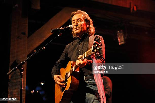 Albert Hammond der britische Saenger SingerSongwriter und Musikproduzent bei einem Konzert in der Hamburger Fabrik