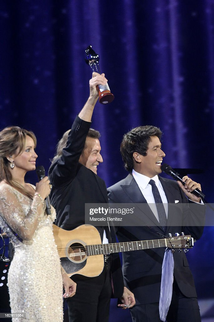 Albert Hammond next to Rafael Araneda and Eva Gomez during his presentation on stage at the 53rd Vina del Mar International Music Festival 2013 on February 28, 2013 in Viña del Mar, Chile.