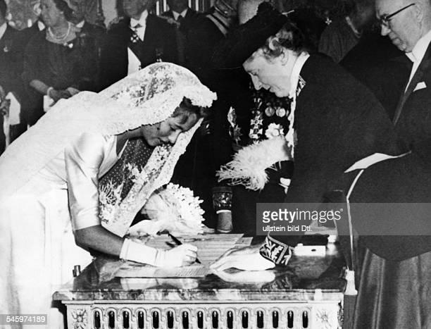 Albert II *Koenig von Belgien bei seiner Hochzeit mit Paola Ruffo di Calabria Paola unterschreibt im EmpireSaal vom Schloss dieTrauungsurkunde