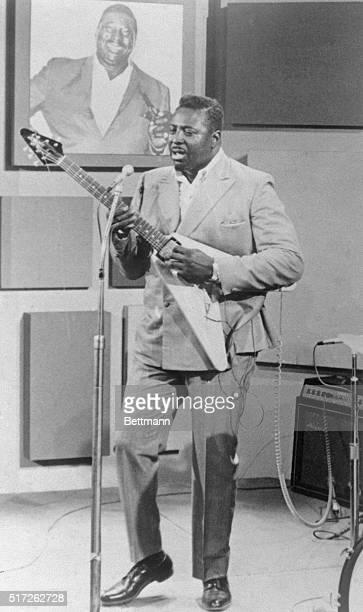 Albert King jazz musician with Gibson FlyingV guitar