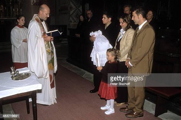 Albert Oberloher, Ehefrau Catherine Behrle-Oberloher, Günther-Michael Behrle mit Baby Alina Marie, Celine , Pfarrer Bernd Riepl , Taufe von Tochter...
