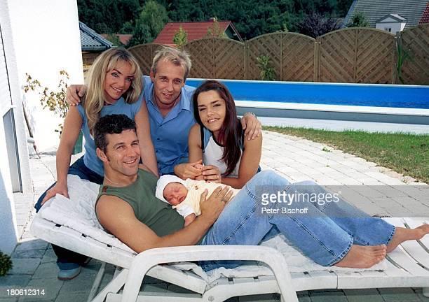 Albert Oberloher vorne mit Tochter Alina Iris Criens Andreas Lebbing Natasja Marinkovic Musikgruppe Wind Homestory Pool Schwimmbecken 794/2002