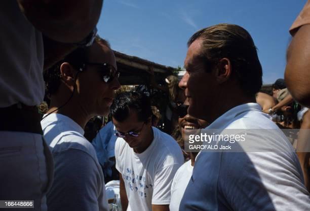 Albert Of Monaco And Roger Moore In SaintTropez En France à SaintTropez le 18 août 1986 le Prince ALBERT DE MONACO en lunettes de soleil et Roger...