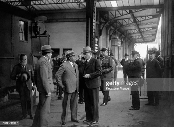 Albert Sarraut ministre de l'Intérieur s'entretenant avec Monsieur Guichard directeur de la Police municipale à la gare Montparnasse avant son départ...