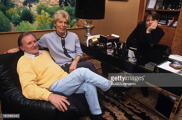 Albert Uderzo At Home With Family En France le 7 novembre 1994 Albert UDERZO dessinateur avec son épouse Ada UDERZO chez eux assis dans un fauteuil...