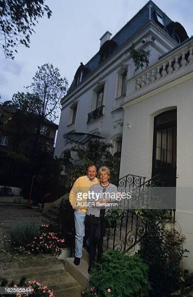 Albert Uderzo At Home With Family. En France, le 7 novembre 1994, Albert UDERZO, dessinateur, avec son épouse Ada UDERZO, chez eux, sur le perron de...