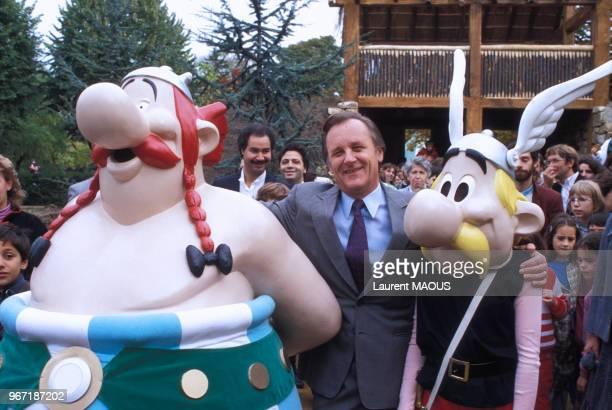 Albert Uderzo avec Obélix et Astérix lors de la construction d'un village gaulois au Jardin d'acclimatation le 24 octobre 1984 à Paris France