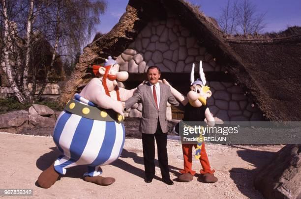 Albert Uderzo en compagnie d'Obélix et Astérix lors de l'ouverture du Parc Astérix à Plailly le 28 mars 1989 France
