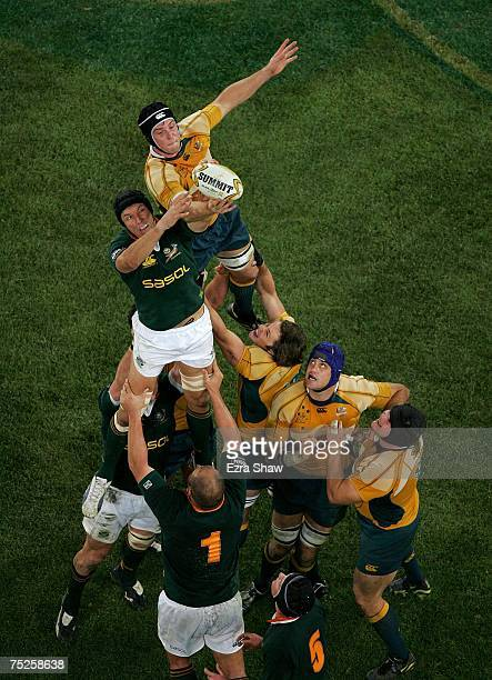 Albert Van Den Berg of the Springboks and Dan Vickerman of the Wallabies contest a line out during the 2007 Tri Nations match between Australian...