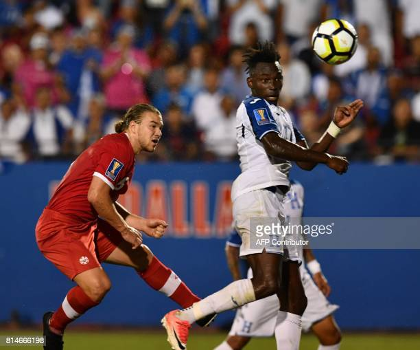 Alberth Elis of Honduras controls the ball against Samuel Piette of Canada during their CONCACAF Gold Cup match on July 14 2017 in Frisco Texas / AFP...