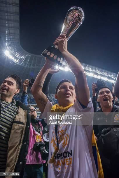 Alberto Acosta of Tigres lifts the winner's trophy after winning the second leg of the Torneo Apertura 2017 Liga MX final between Monterrey and...