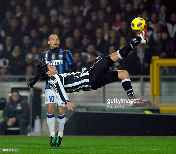 Alberto Aquilani of Juventus FC attempts an overhead kick in front of Wesley Sneijder of Inter Milan during the Serie A match between Juventus FC and...