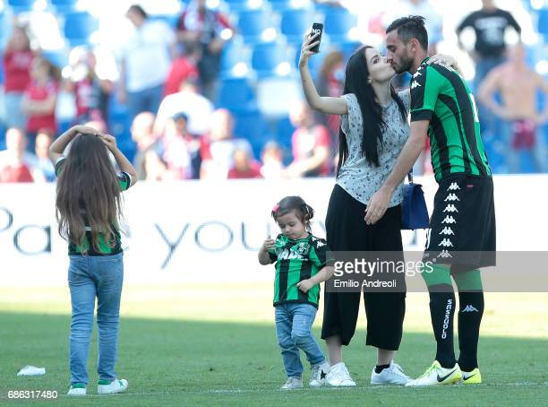 Alberto Aquilani of US Sassuolo Calcio takes a selfie with his wife Michela Quattrociocche at the end of the Serie A match between US Sassuolo and...