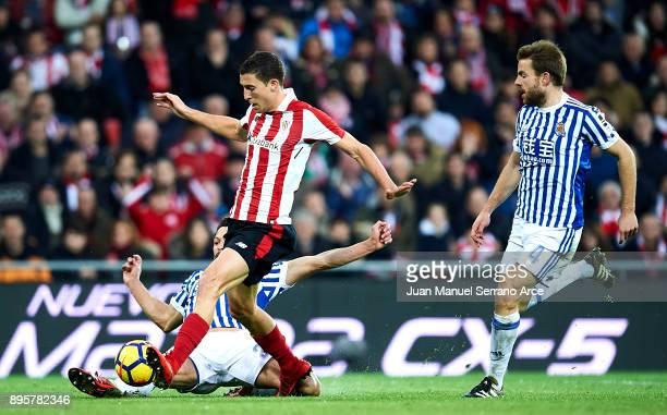 Alberto de la Bella of Real Sociedad competes for the ball with Oscar De Marcos of Athletic Club during the La Liga match between Athletic Club...