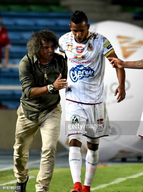 Alberto Gamero coach of Deportes Tolima gives instructions to Sebastian Villa during a match between America de Cali and Deportes Tolima as part of...