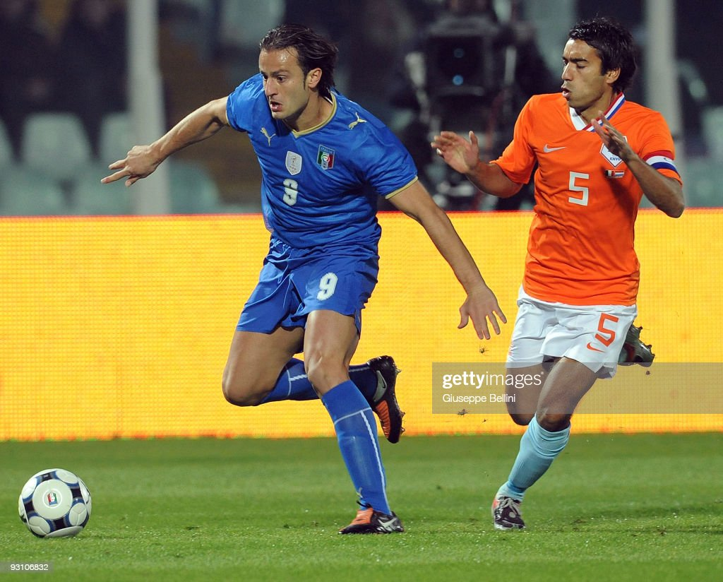 Alberto Gilardino of Italy and Giovanni van Bronckhorst of Holland in action during the International Friendly Match between Italy and Holland at Adriatico Stadium on November 14, 2009 in Pescara, Italy.