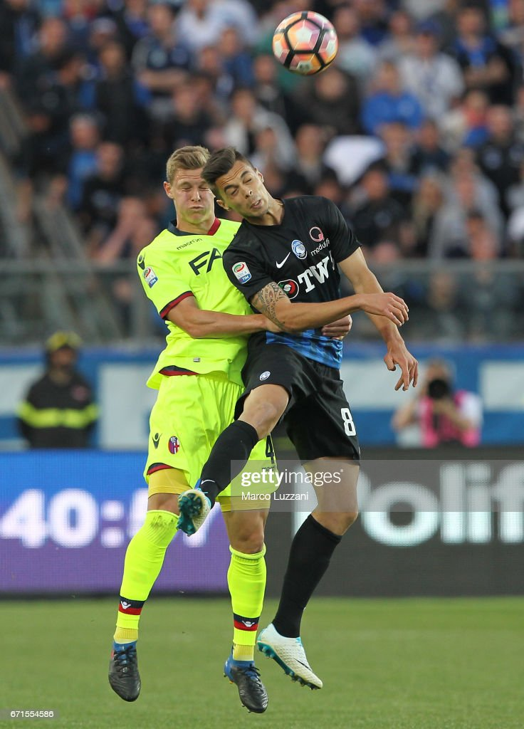 Alberto Grassi (R) of Atalanta BC competes for the ball with Emil Krafth (L) of Bologna FC during the Serie A match between Atalanta BC and Bologna FC at Stadio Atleti Azzurri d'Italia on April 22, 2017 in Bergamo, Italy.