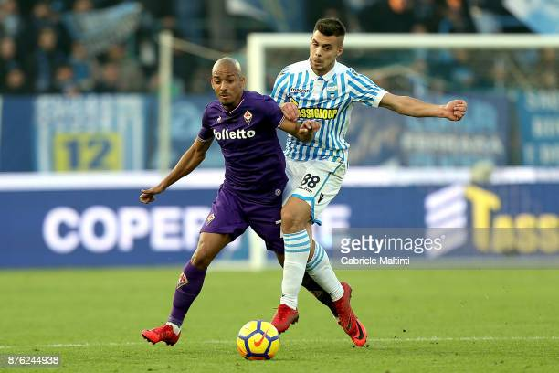 Alberto Grassi of Spal battles for the ball with Bruno Gaspar of ACF Fiorentina during the Serie A match between Spal and ACF Fiorentina at Stadio...