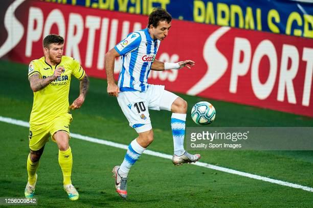 Alberto Moreno of Villarreal CF competes for the ball with Mikel Oyarzabal of Real Sociedad during the Liga match between Villarreal CF and Real...