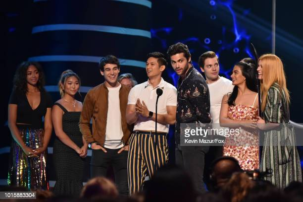 Alberto Rosende Harry Shum Jr Dominic Sherwood Matthew Daddario Anna Hopkins Emeraude Toubia and Katherine McNamara accept award for choice...
