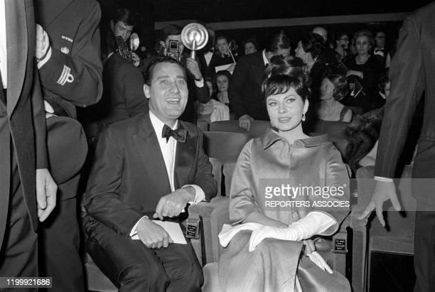 Alberto Sordi et Soraya lors de la première du film à sketches 'Les Trois Visages' à Paris le 13 février 1965, France.