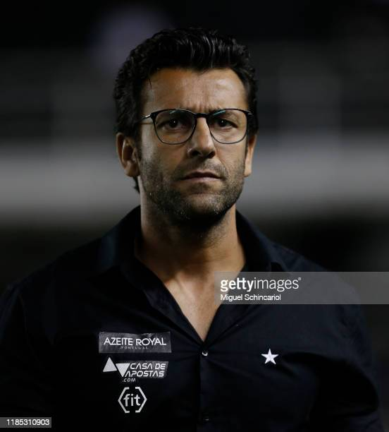 Alberto Valentim coach of Botafogo looks on before a match between Santos and Botafogo for the Brasileirao Series A 2019 at Vila Belmiro Stadium on...