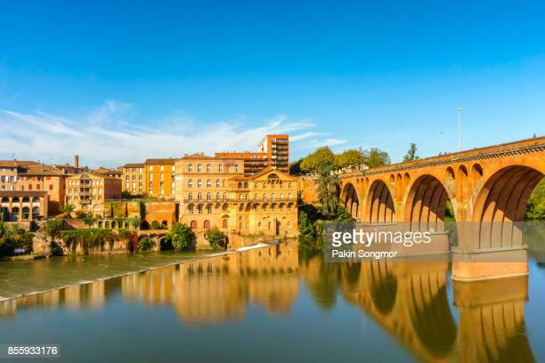 albi in southwestern france. albi is a world heritage unesco site. albi is famous for toulouse-lautrec and the cathedral saint cecile. view of the tarn river and the cathedral saint cecile. - toulouse - fotografias e filmes do acervo